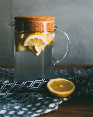 Die Heiße Zitrone hilft mit Wärme und Vitamin C, enthält aber auch viel Säure