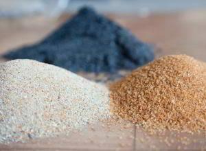 Erde, Mineralien und Aktivkohle sind Hausmittel bei Magenbeschwerden