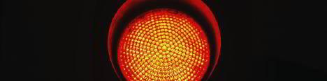 Infrarot-Behandlung durch Rotlichtlampe spendet Wärme